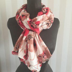 Rödblommig sjal!